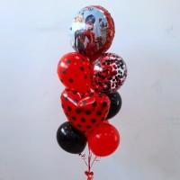 Фонтан из красных и черных шаров в горох с кругом Леди Баг