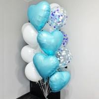 Фонтан из белых и прозрачных шаров с голубыми сердцами