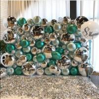 Фотозона-стена из серебряных и зеленых фольгированных кругов