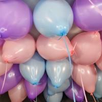 Воздушные розовые, сиреневые и голубые шары под потолок