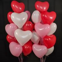 Композиция из шаров красных, розовых и белых сердец