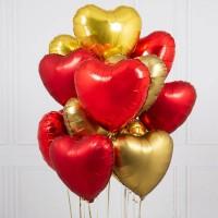 Облако из золотых и красных сатиновых сердец