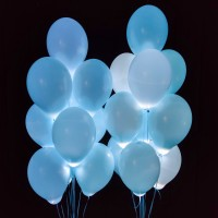 Композиция из воздушных голубых шаров со светодиодами