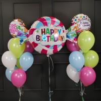 Композиция из шаров с фольгированными кругами и конфетой