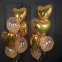 Композиция из прозрачных шаров с конфетти и золотых сердец