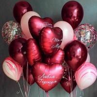 Композиция из бордовых шаров с гелием с сердцами