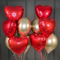 Композиция из воздушных золотых шаров с красными сердцами