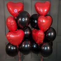 Композиция из черных шаров с красными сердцами
