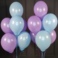 Композиция из голубых и сиреневых шаров пастель